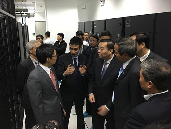 Phó Thủ tướng Vũ Đức Đam đi thăm Trung tâm dữ liệu của CMC